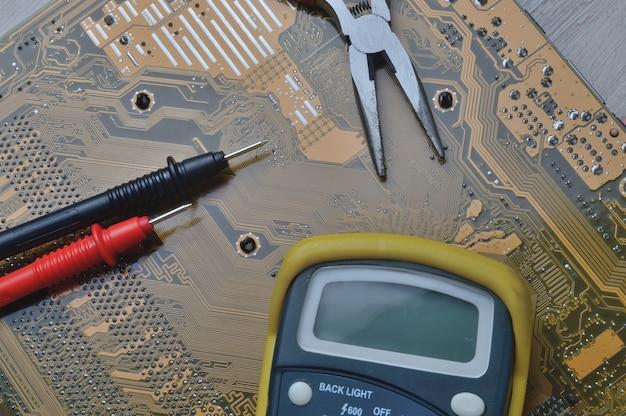 Controllo della scheda madre del computer per problemi utilizzando un multimetro.
