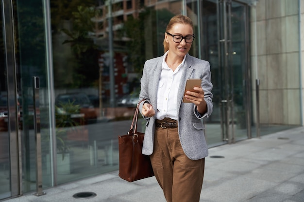 Controllo e-mail importante ritratto di una donna d'affari attraente sicura di sé in abbigliamento classico utilizzando