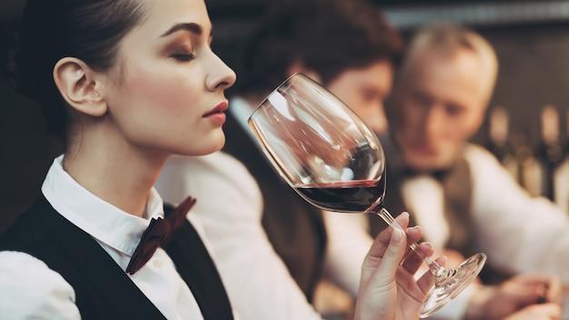 Verifica gusto, colore, sedimenti di vino.