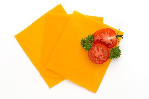 Fetta di formaggio cheddar isolato su sfondo bianco.