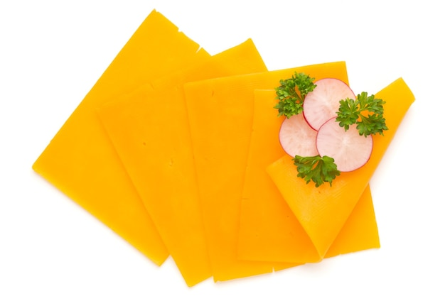 Fetta di formaggio cheddar isolata sulla superficie bianca.