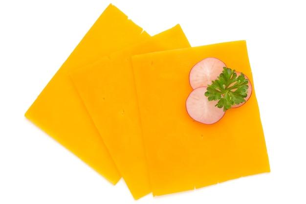 Fetta di formaggio cheddar isolata sul bianco