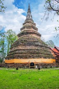 Chedi luang tempio di chiangsaen a chiangrai in thailandia.