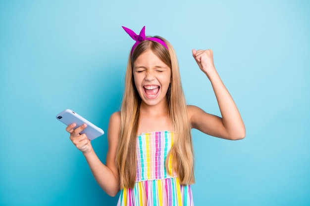 Allegra adorabile piccola signora pin-up fascia tenere il telefono