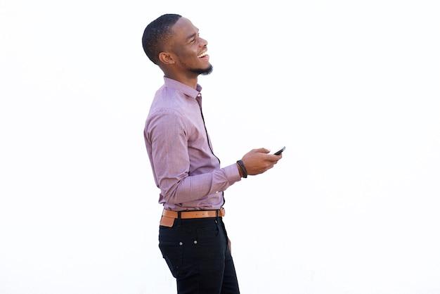 Uomo africano allegro con un telefono cellulare