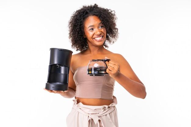 La donna africana allegra in estate copre con il creatore di caffè, immagine isolata su fondo bianco