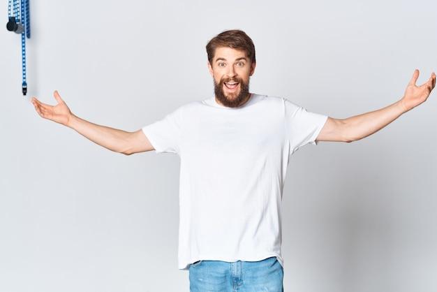 Uomo barbuto allegro nel design pubblicitario dello spazio caffè maglietta bianca
