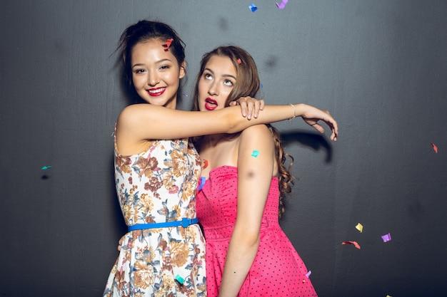Belle giovani donne allegre che hanno festa