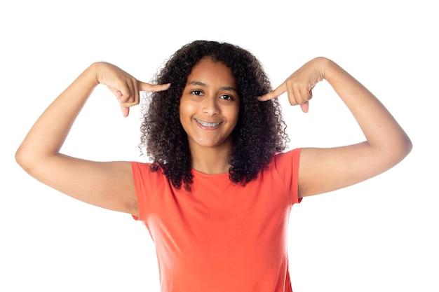 Studentessa nera allegra con capelli afro isolati su sfondo bianco