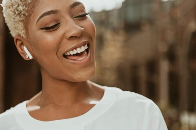 Donna di colore allegra che ascolta la musica