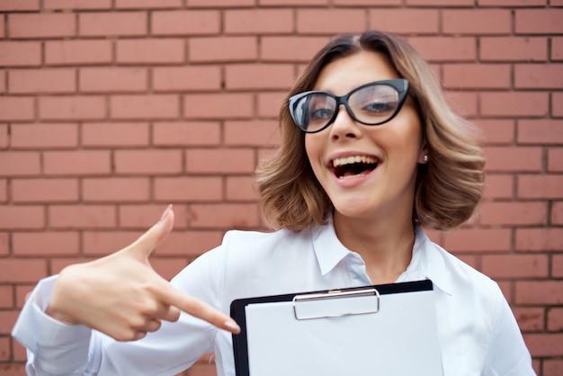 Allegro gestore di cartelle di donna d'affari