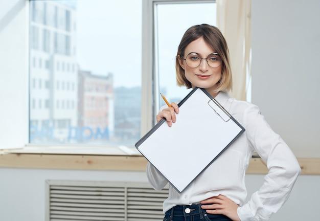 L'ufficio allegro della donna di affari documenta il lavoro professionale professional