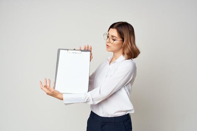 Donna d'affari allegra in studio di lavoro manager camicia e occhiali