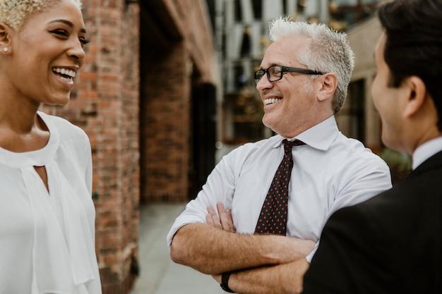 Uomini d'affari allegri che hanno una conversazione