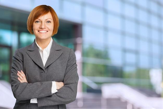 Allegra imprenditrice in piedi sullo sfondo