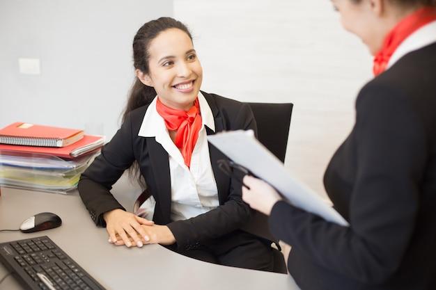 Donna di affari allegra che lavora nell'ufficio