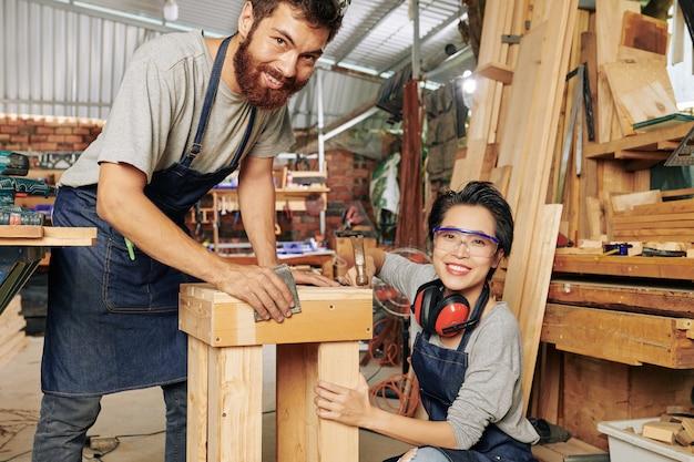 Allegri carpentieri che fanno mobili