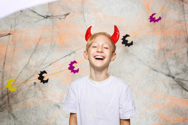 Un bambino allegro si sta preparando per halloween