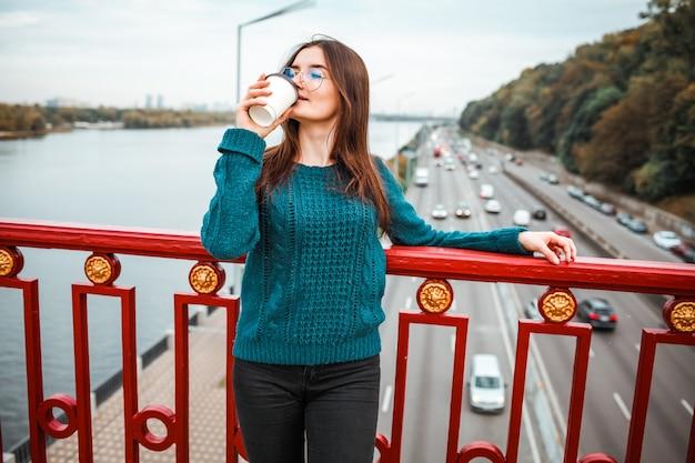 Allegro amante del caffè che cammina sulla strada