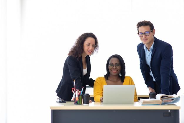 Impiegati aziendali allegri che discutono di brainstorming durante la riunione. unità e concetto di lavoro di squadra