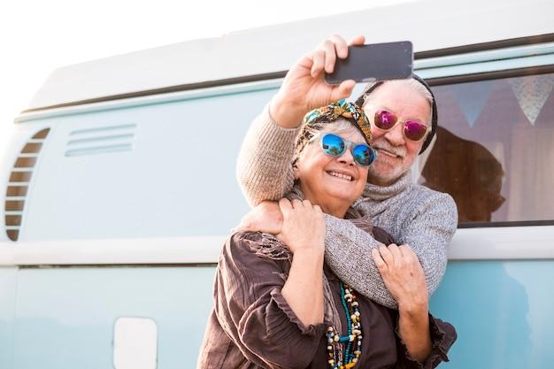 Coppia allegra si abbraccia e scatta una foto selfie insieme
