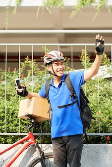 Corriere allegro con la bicicletta