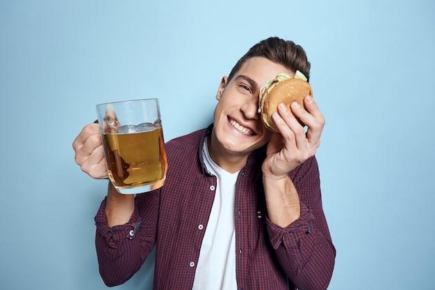 Allegro uomo ubriaco con boccale di birra e hamburger