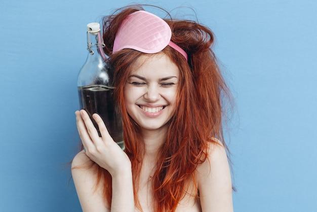 Allegra donna ubriaca con una bottiglia di alcol emozioni vista ritagliata