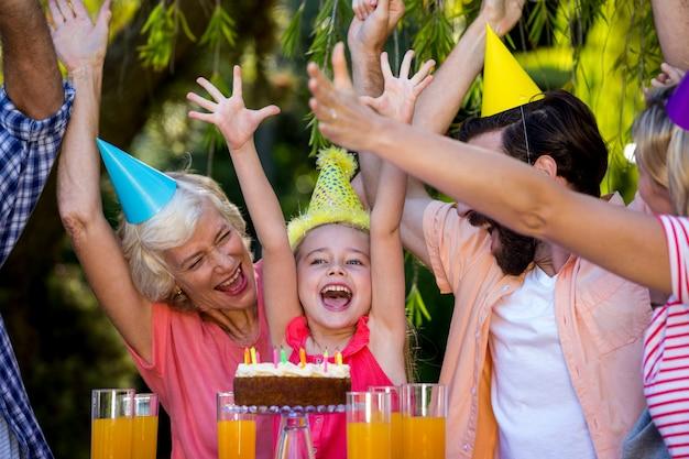 Famiglia allegra che celebra compleanno all'iarda
