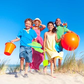 Famiglia allegra che si diverte in spiaggia