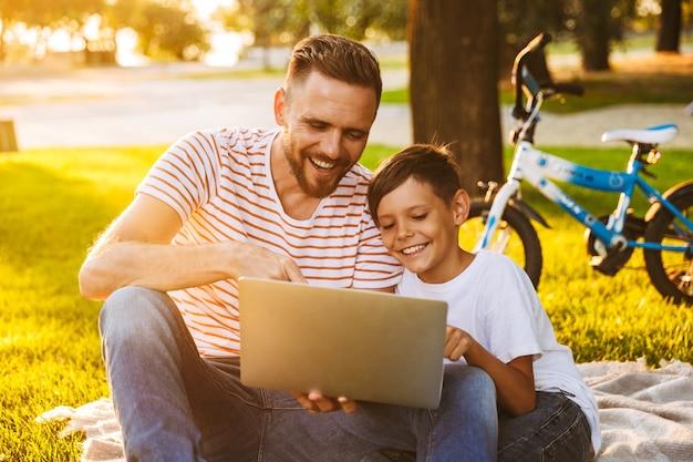 Padre allegro e suo figlio divertendosi