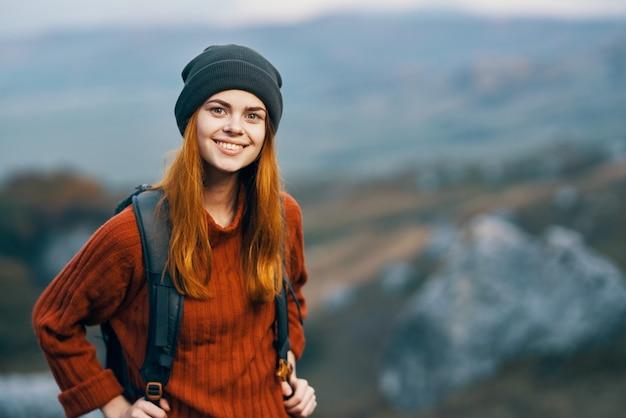 Zaino turistico femminile allegro natura montagne paesaggio viaggio