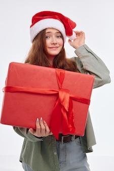 Ragazza allegra capodanno regalo sorriso vacanza gioia sfondo chiaro