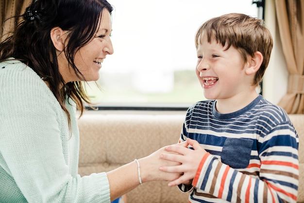 Bambino allegro che gioca con sua madre