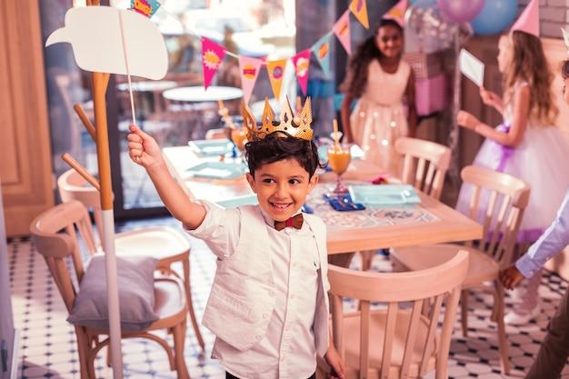 Bambini allegri che frequentano la festa di compleanno