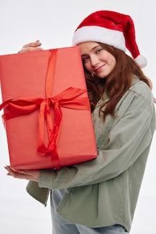 Primo piano allegro di gioia di festa del contenitore di regalo della bambina