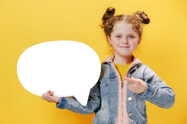 Bambina allegra che tiene il fumetto e lo indica su sfondo giallo yellow
