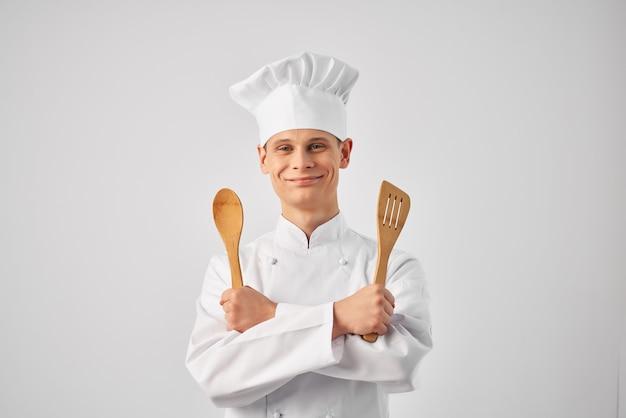 Ristoranti del personale di lavoro di utensili da cucina chef maschio allegro