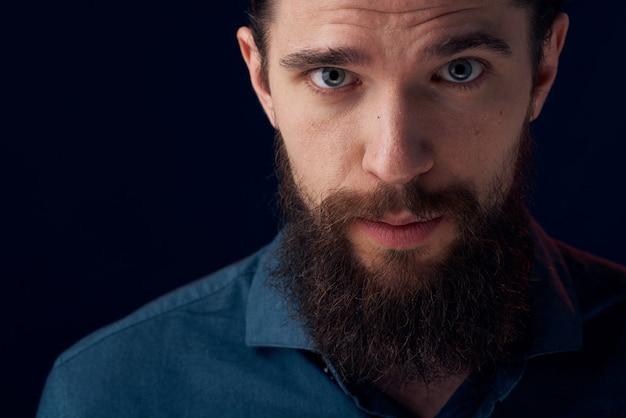 Uomo allegro barba emozioni camicia nera close-up