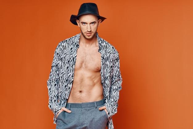 L'uomo allegro in modello di stile elegante della camicia del cappello nero ha isolato lo sfondo