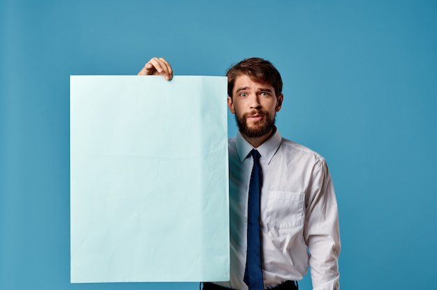 Primo piano pubblicitario di presentazione del foglio blu dell'uomo allegro