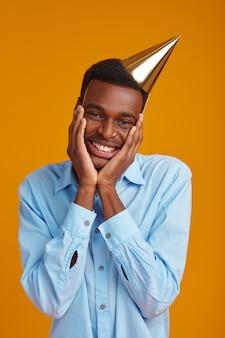 Uomo allegro in berretto. la persona di sesso maschile sorridente ha ricevuto una sorpresa, un evento o una festa di compleanno, in attesa di una sorpresa