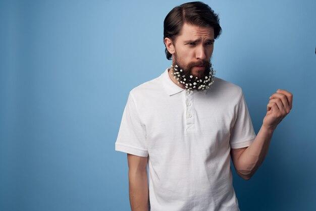 L'uomo allegro fiorisce in uno stile naturale di freschezza della barba