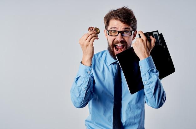 Uomo allegro in camicia con cravatta finanza ecommerce