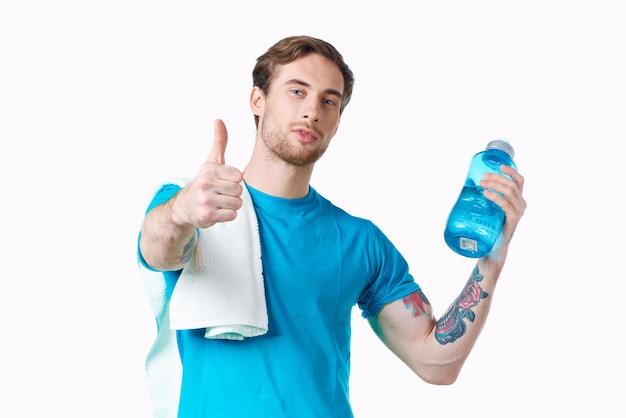 Uomo allegro sport allenamento bottiglia d'acqua vista ritagliata