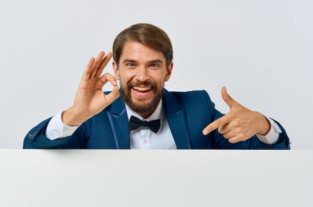 Uomo allegro in abito bianco mocap poster sconto pubblicità sfondo bianco
