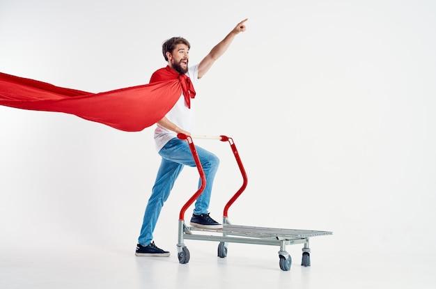 Uomo allegro supermercato lifestyle divertente sfondo chiaro