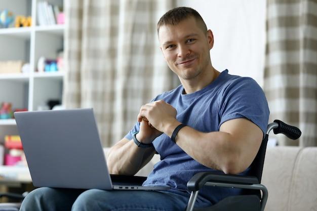 Uomo allegro che per mezzo del computer