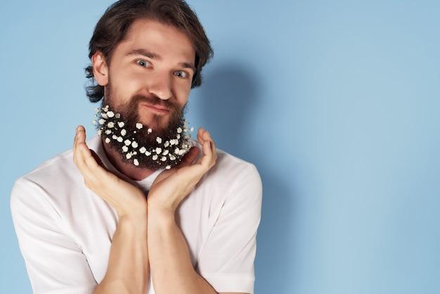 Uomo allegro in camicia bianca fiori decorazione lifestyle moda closeup