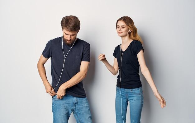 Uomo allegro e donna in cuffia che ascolta la musica stile di vita di amicizia